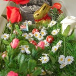 Frohe Ostern! Wünschen die Fiona, die zwei Osterhasen und der Ostereierkopf